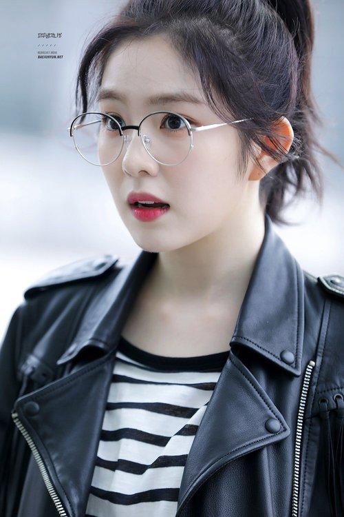Lý do khiến ai cũng bật ngửa đằng sau sở thích diện kính mọt sách hot trend của Irene (Red Velvet) - Ảnh 1.