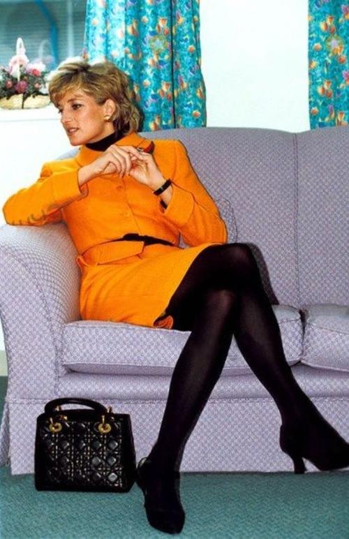 Công nương Diana, fashion icon hoàng gia duy nhất sở hữu đến 2 mẫu túi hàng hiệu đình đám được đặt theo tên mình - Ảnh 2.