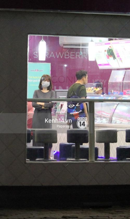 Mặc kệ dân mạng nghi ngờ là MC trong chuyện tình của Đào Bá Lộc, Trấn Thành vẫn hạnh phúc đi ăn đêm cùng Hari Won - Ảnh 5.