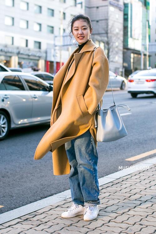 Ngắm street style đông đẹp đáng ghen tị của giới trẻ thế giới để ủ mưu lên đồ cho đợt lạnh tới - Ảnh 1.