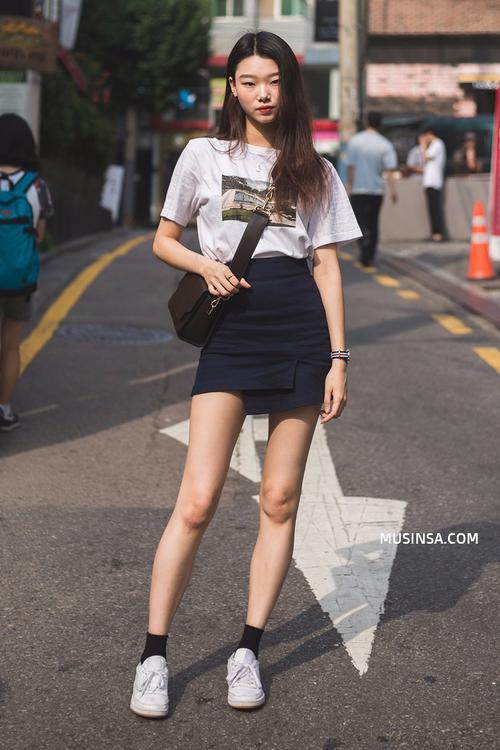 Áo phông và chân váy: combo thần thánh làm nên street style đẹp mê ly của giới trẻ Hàn thời gian này - Ảnh 1.