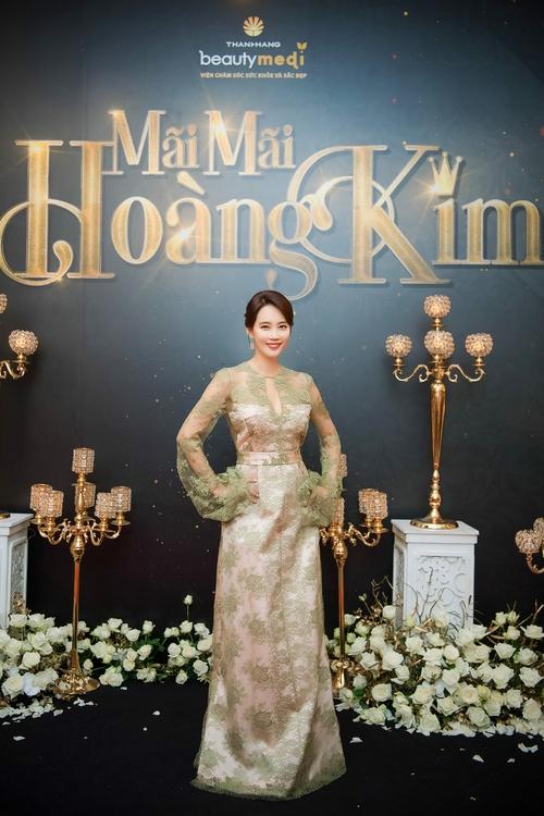 """Ở tuổi 47, ngôi sao phim """"Gia đình là số 1"""" vẫn trẻ trung và nổi bật dự sự kiện tại Việt Nam - Ảnh 1."""