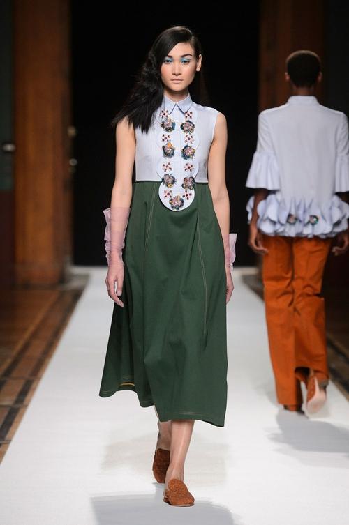 Clip độc quyền: Thùy Trang kết show Talbot Runhof tại Paris Fashion Week, nhận cát xê khủng ngay sau buổi diễn - Ảnh 3.