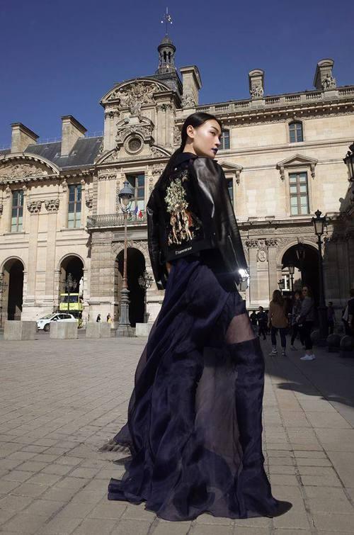 Diện trang phục của NTK Việt, street style của Thùy Trang vẫn lên thẳng Vogue Ý - Ảnh 4.