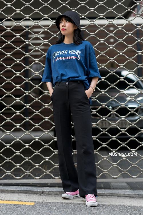 Mặc đẹp đơn giản: mix áo phông và chân váy thành street style đẹp mê ly của giới trẻ Hàn - Ảnh 10.