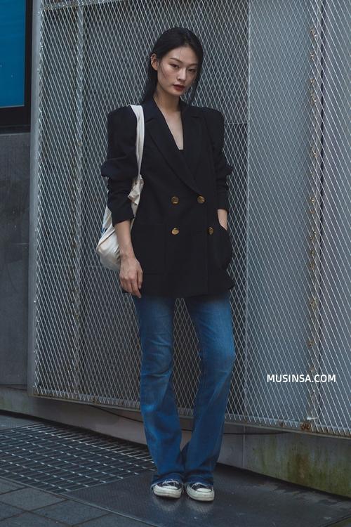 Áo phông, quần jeans, layering - 3 yếu tố đinh trong cách mix đồ chớm thu của giới trẻ Hàn - Ảnh 11.