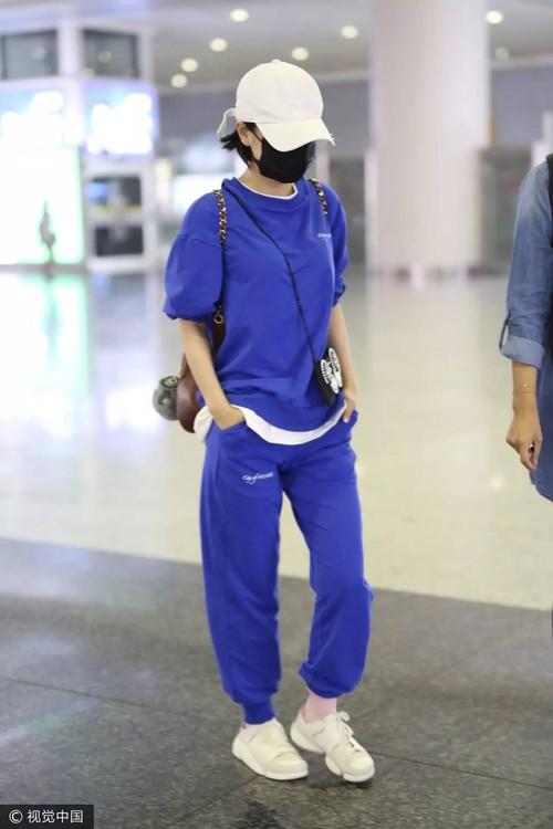 Chán lồng lộn, hàng loạt sao Hoa ngữ rủ nhau mặc nguyên bộ thể thao ra sân bay - Ảnh 10.