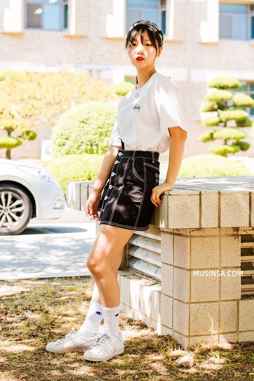 Mặc đẹp đơn giản: mix áo phông và chân váy thành street style đẹp mê ly của giới trẻ Hàn - Ảnh 11.
