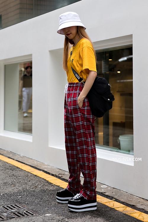 Áo phông, quần jeans, layering - 3 yếu tố đinh trong cách mix đồ chớm thu của giới trẻ Hàn - Ảnh 2.