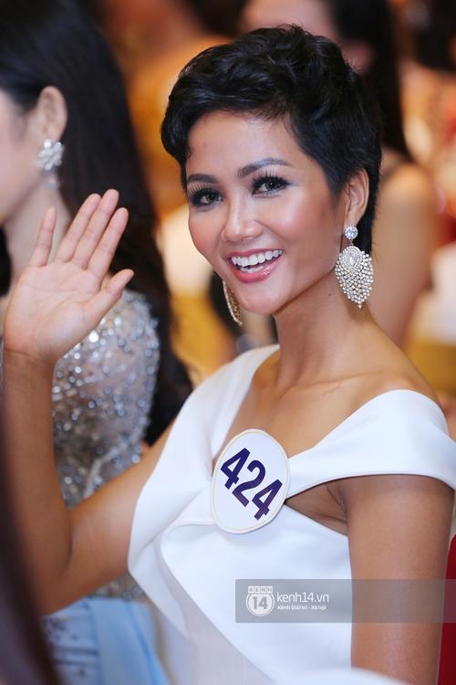 Hoàng Thùy, Mâu Thủy khoe đường cong quyến rũ cùng dàn thí sinh tại họp báo HHHVVN - Ảnh 4.