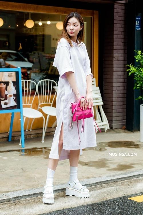 Mặc đẹp đơn giản: mix áo phông và chân váy thành street style đẹp mê ly của giới trẻ Hàn - Ảnh 12.