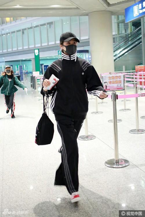 Chán lồng lộn, hàng loạt sao Hoa ngữ rủ nhau mặc nguyên bộ thể thao ra sân bay - Ảnh 11.