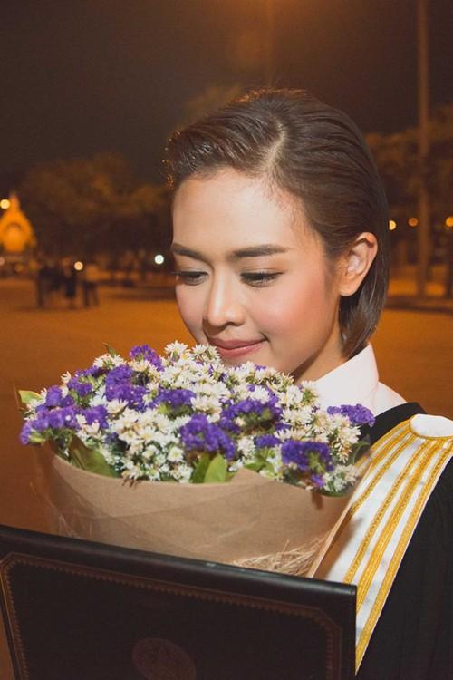 Nữ phóng viên Thái Lan đẹp hút mắt ở SEA Games 29 - Ảnh 6.