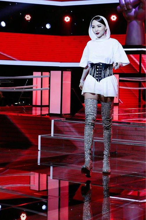Tóc Tiên, Hương Giang Idol... đua nhau khoe eo với mốt diện corset cùng đồ thun như nhà Kardashian - Ảnh 2.