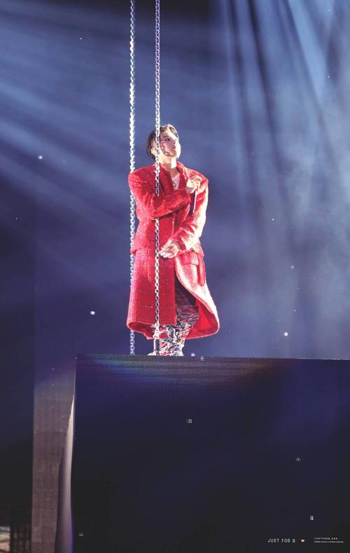 Loạt ảnh siêu ảo từ concert G-Dragon: Lúc chất phát ngất, lúc cười tít mắt, áo trễ hở ti - Ảnh 40.