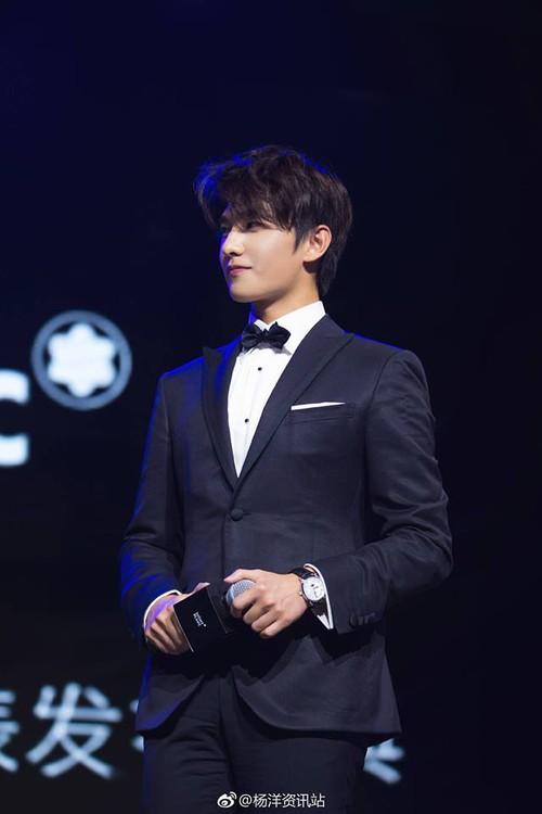 Góc nghiêng lịch lãm chuẩn soái ca, trai đẹp Dương Dương khiến trái tim fan nữ rung rinh - Ảnh 1.