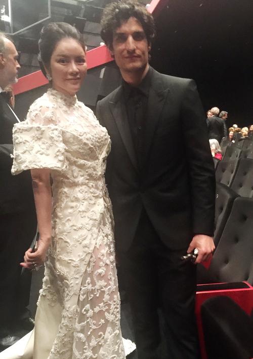 Không thua chị kém em, Lý Nhã Kỳ lộng lẫy như bà hoàng trên thảm đỏ khai màn LHP Cannes 2017 - Ảnh 11.