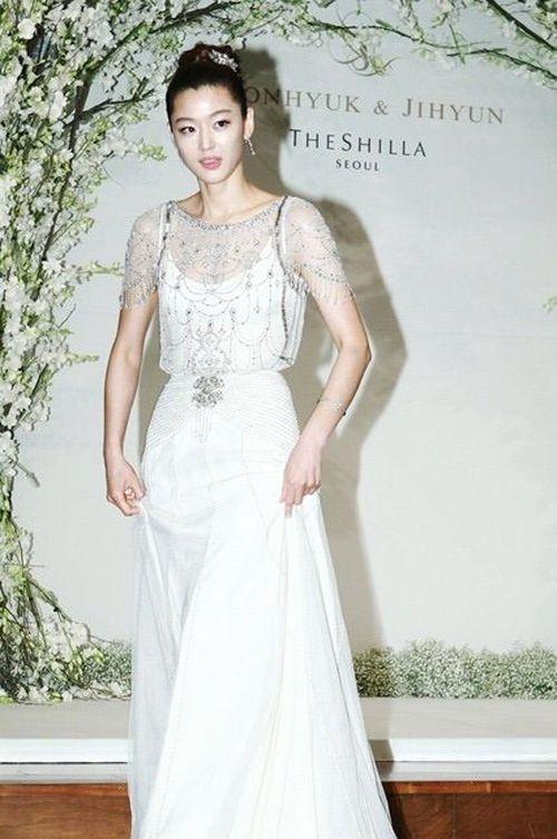 Váy cưới của các mỹ nhân đình đám xứ kim chi: người chi cả tỷ cho hàng hiệu, người diện thiết kế không tên tuổi - Ảnh 4.