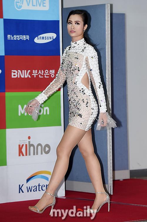 Thảm đỏ Asian Song Festival: Đông Nhi được báo Hàn khen ngợi hết lời, sánh bước bên loạt sao thế giới - Ảnh 3.