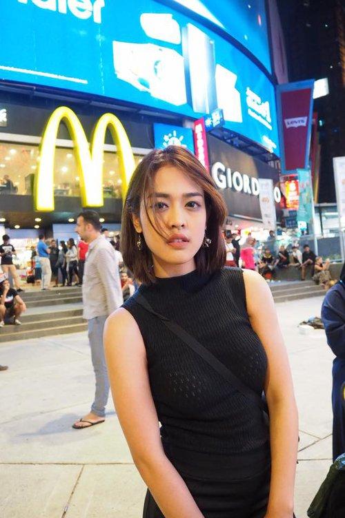 Nữ phóng viên Thái Lan đẹp hút mắt ở SEA Games 29 - Ảnh 3.