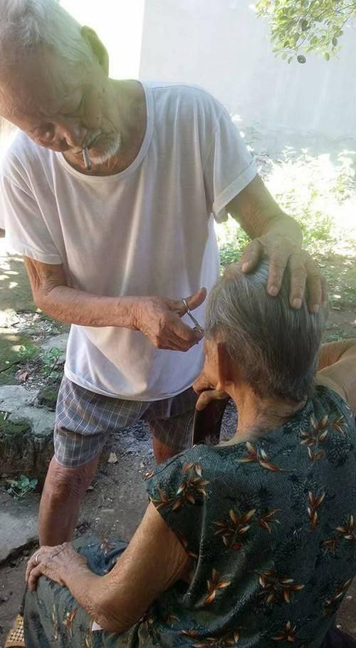 Chuyện tình 70 năm đẹp như giấc mơ của cụ ông trong bức hình tự tay cắt tóc cho vợ - Ảnh 1.