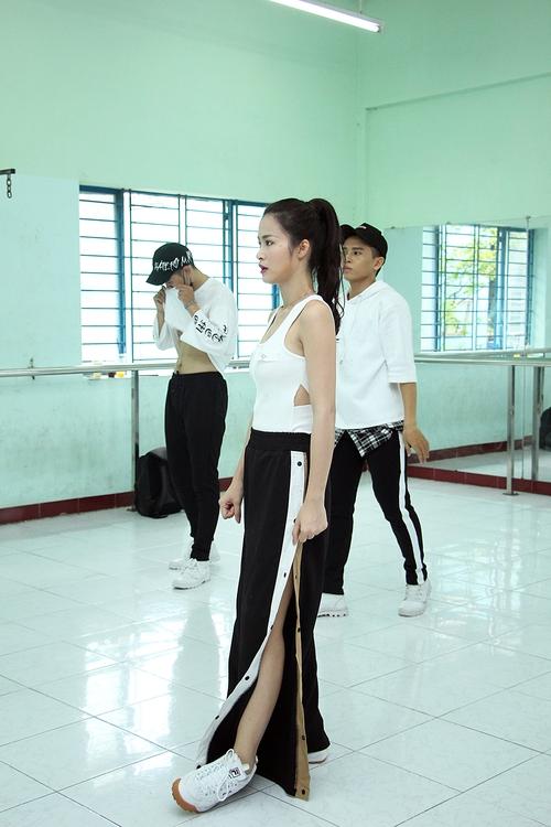 Đông Nhi ăn vội trong phòng tập, hứa hẹn thể hiện vũ đạo cực khó nhưng đẹp mắt tại Asia Song Festival 2017 - Ảnh 7.
