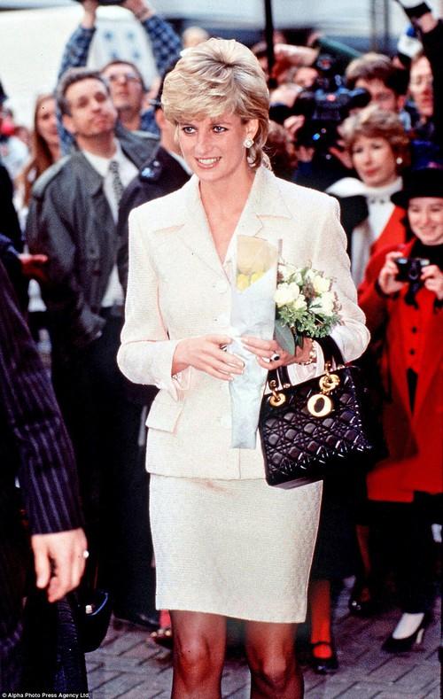 Công nương Diana, fashion icon hoàng gia duy nhất sở hữu đến 2 mẫu túi hàng hiệu đình đám được đặt theo tên mình - Ảnh 5.