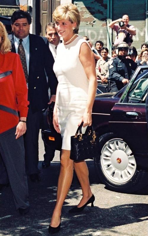 Công nương Diana, fashion icon hoàng gia duy nhất sở hữu đến 2 mẫu túi hàng hiệu đình đám được đặt theo tên mình - Ảnh 8.