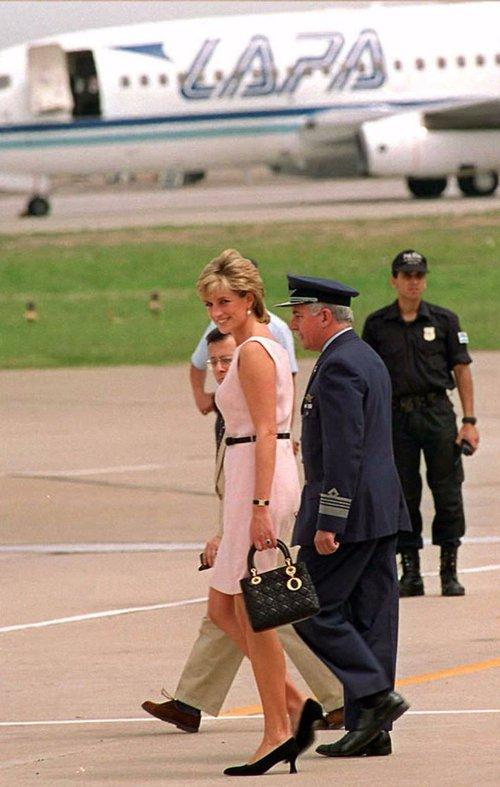 Công nương Diana, fashion icon hoàng gia duy nhất sở hữu đến 2 mẫu túi hàng hiệu đình đám được đặt theo tên mình - Ảnh 9.