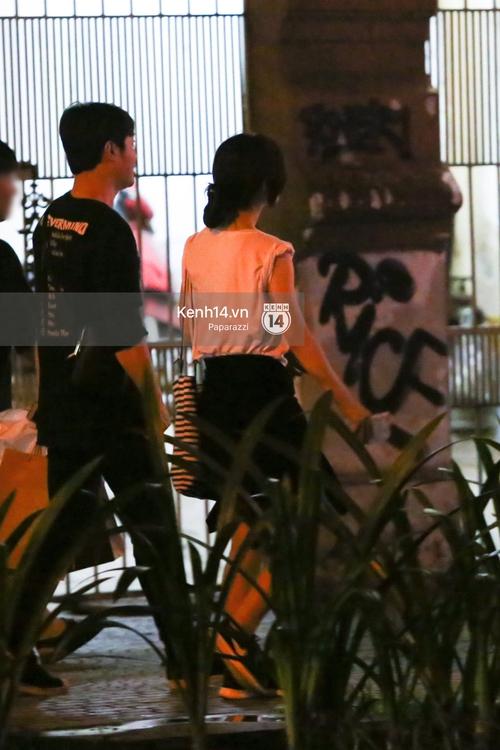 Nữ thần sắc đẹp thế hệ mới Jung Chae Yeon thoải mái đi mua sắm và ăn kem ở trung tâm thương mại đông người tại Việt Nam - Ảnh 3.