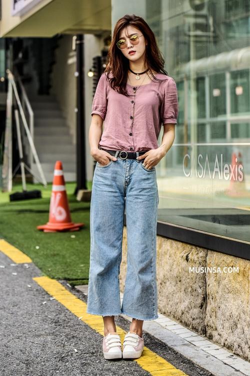 Mặc đẹp đơn giản: mix áo phông và chân váy thành street style đẹp mê ly của giới trẻ Hàn - Ảnh 3.
