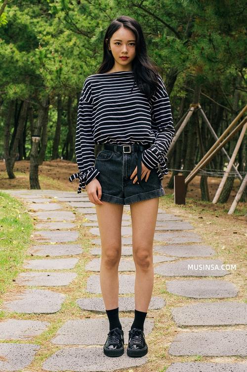 Áo phông, quần jeans, layering - 3 yếu tố đinh trong cách mix đồ chớm thu của giới trẻ Hàn - Ảnh 1.