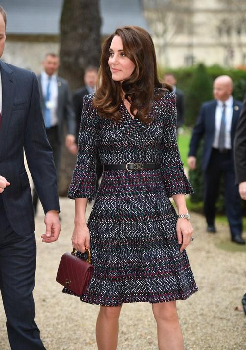 Thường xuyên diện đồ xa xỉ nhưng đây là lần đầu tiên Công nương Kate diện cả cây đồ Chanel hơn 300 triệu đồng - Ảnh 3.