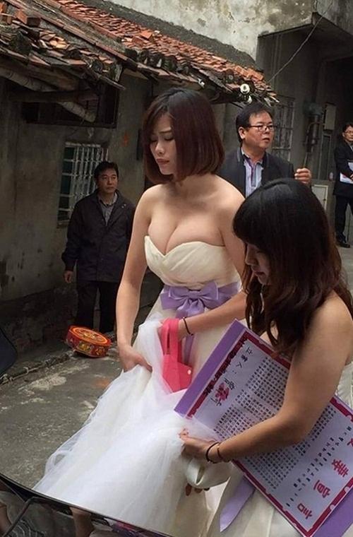 Xe sang về làng rước dâu làm tắc đường, nhưng cô phù dâu xinh đẹp này mới là tâm điểm của sự chú ý - Ảnh 3.
