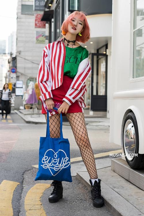 Ngắm các bạn trẻ Hàn mix đồ cool như thế này vừa thấy ghen tị vừa muốn phấn đấu mặc đẹp hơn nữa - Ảnh 1.