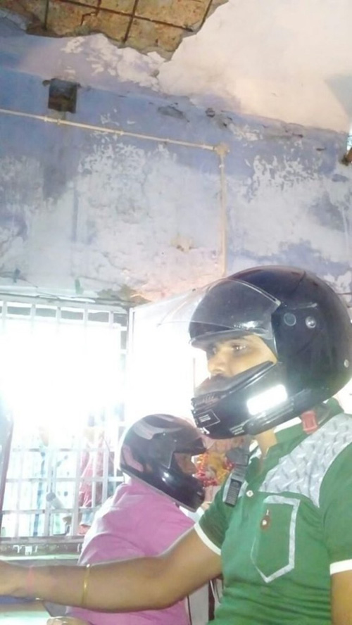 Sợ trần nhà sập vào đầu, nhân viên văn phòng Ấn Độ đồng loạt đội mũ bảo hiểm để bảo toàn tính mạng - Ảnh 2.