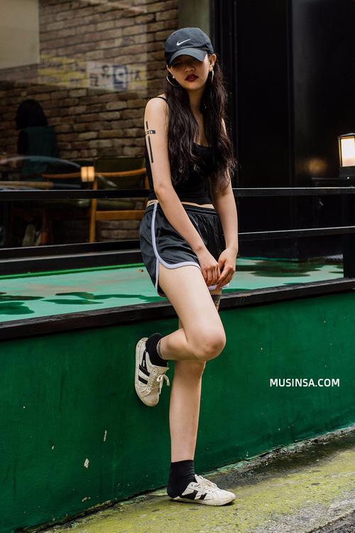 Mặc đẹp đơn giản: mix áo phông và chân váy thành street style đẹp mê ly của giới trẻ Hàn - Ảnh 4.