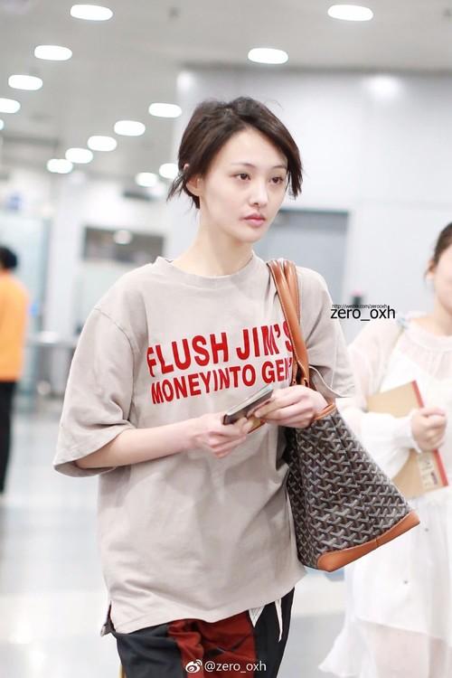 Bận quần đùi ra sân bay, đi sự kiện không thèm makeup, nữ thần học đường Trịnh Sảng ngày một xuề xòa khó hiểu - Ảnh 4.
