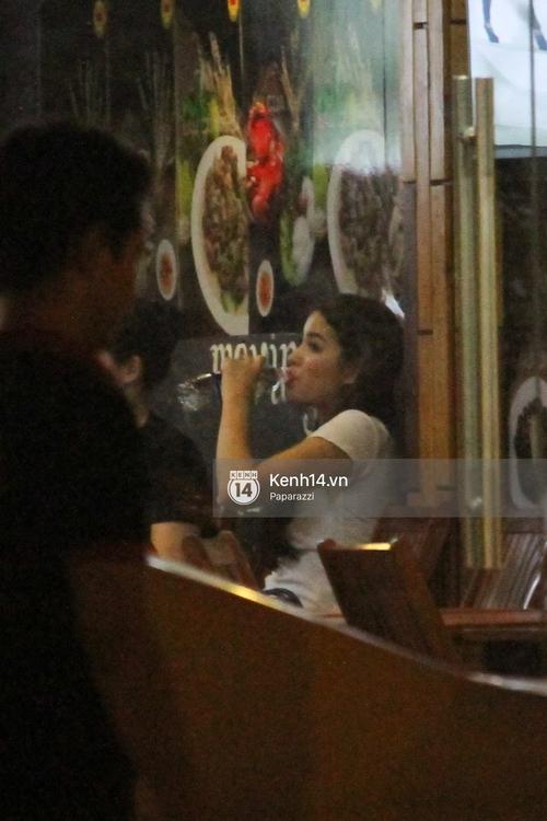 Phạm Hương thoải mái đi ăn, hát karaoke với bạn sau khi cửa hàng bị tạt sơn - Ảnh 12.