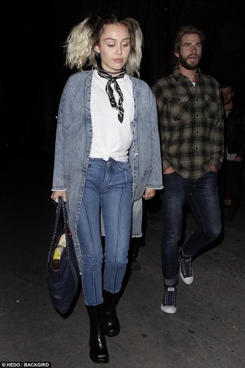 Yêu Liam say đắm, Miley Cyrus đeo cả hoa tai có tên bạn trai - Ảnh 8.