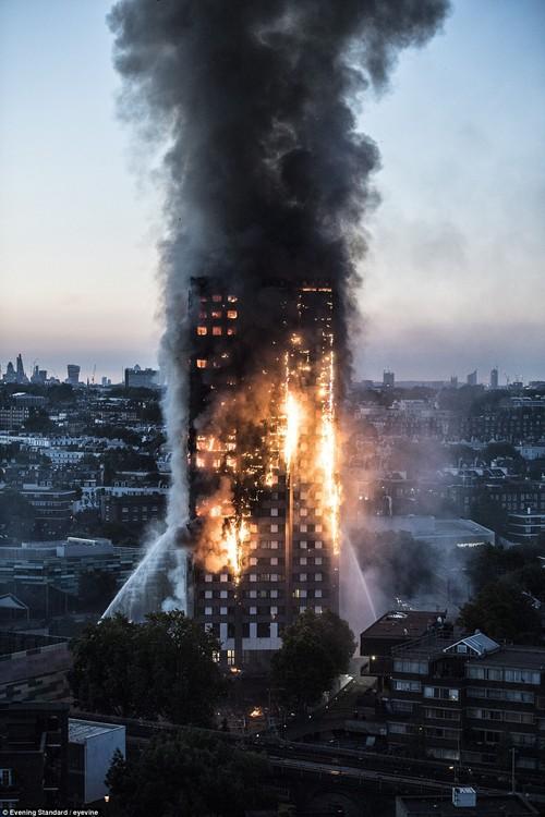 Những hình ảnh ấm áp tình người sau vụ hỏa hoạn kinh hoàng tại tòa tháp 27 tầng ở London - Ảnh 1.