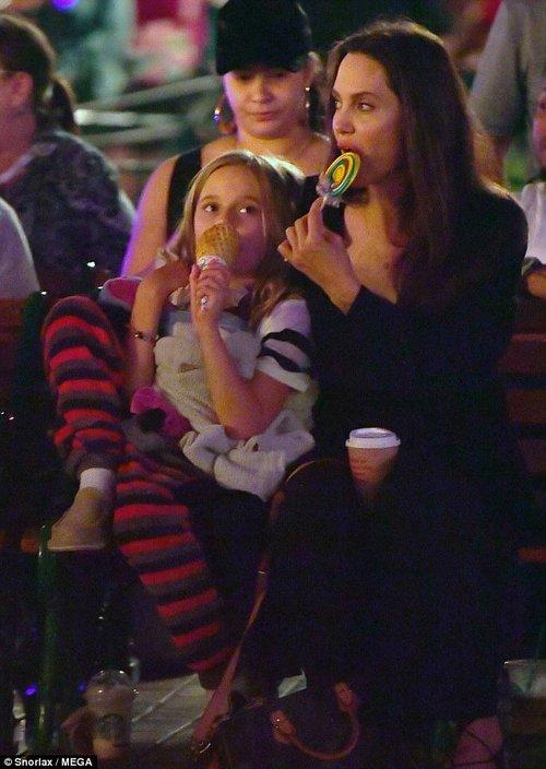 42 tuổi vẫn hồn nhiên mút kẹo cùng các con, Angelina Jolie quả là bà mẹ đáng yêu nhất thế giới! - Ảnh 1.