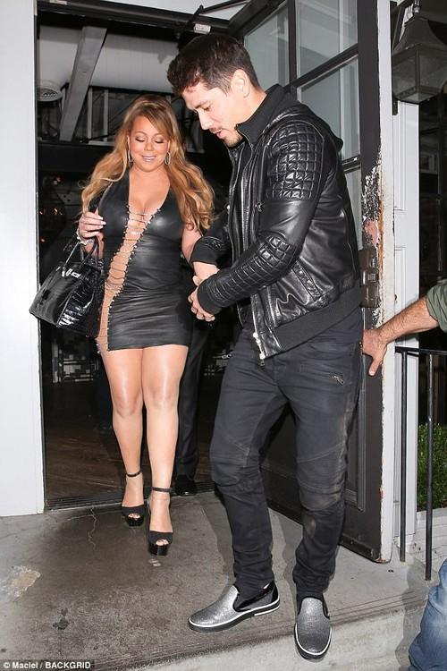 Bụng to đùi mỡ, Mariah Carey vẫn mặc bộ váy vừa hở vừa bó sát để đi hẹn hò trai trẻ - Ảnh 1.