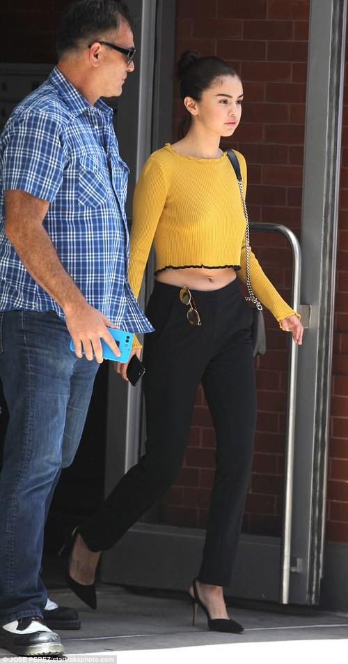 Selena Gomez không mặc nội y, khoe vóc dáng đầy gợi cảm sau phẫu thuật ghép thận - Ảnh 4.