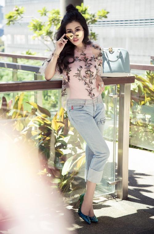 Emily Hồng Nhung cá tính bất ngờ với bra top và jeans rách - Ảnh 10.