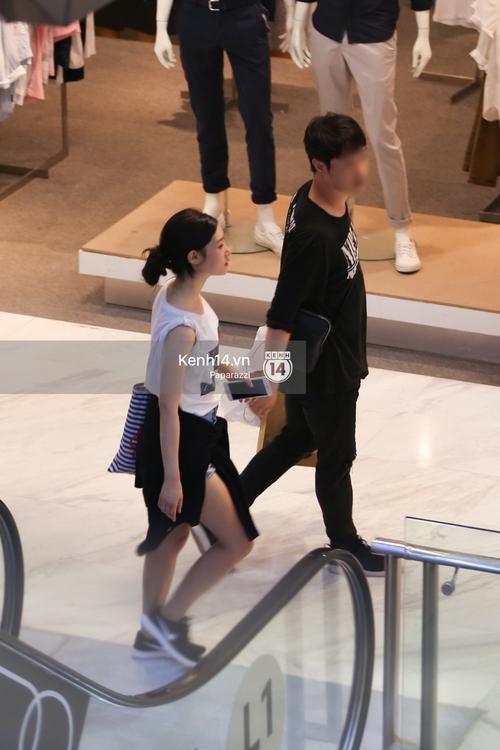 Nữ thần sắc đẹp thế hệ mới Jung Chae Yeon thoải mái đi mua sắm và ăn kem ở trung tâm thương mại đông người tại Việt Nam - Ảnh 5.