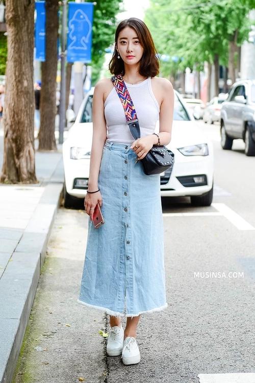Mặc đẹp đơn giản: mix áo phông và chân váy thành street style đẹp mê ly của giới trẻ Hàn - Ảnh 5.