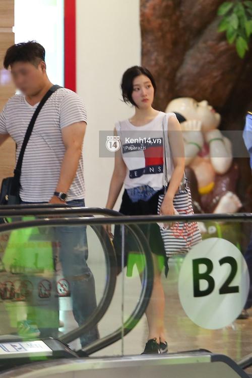 Nữ thần sắc đẹp thế hệ mới Jung Chae Yeon thoải mái đi mua sắm và ăn kem ở trung tâm thương mại đông người tại Việt Nam - Ảnh 6.