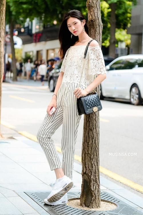Mặc đẹp đơn giản: mix áo phông và chân váy thành street style đẹp mê ly của giới trẻ Hàn - Ảnh 6.