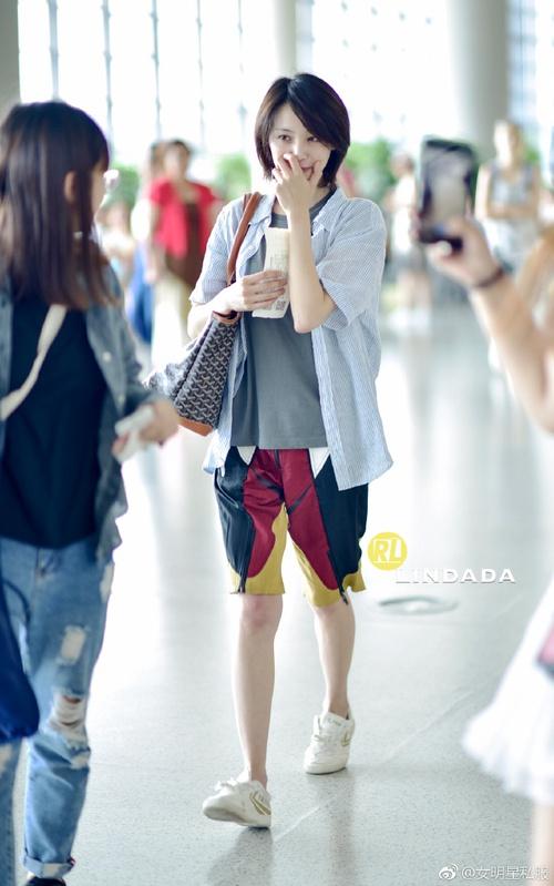 Bận quần đùi ra sân bay, đi sự kiện không thèm makeup, nữ thần học đường Trịnh Sảng ngày một xuề xòa khó hiểu - Ảnh 6.